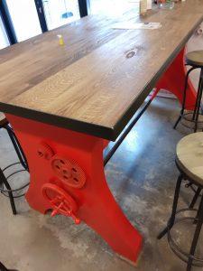 Барный стол из дуба и стали.