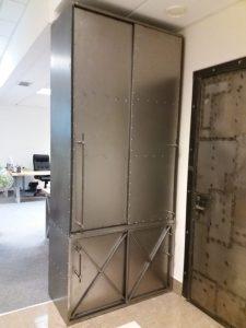 брутальный шкаф со сдвижными дверьми