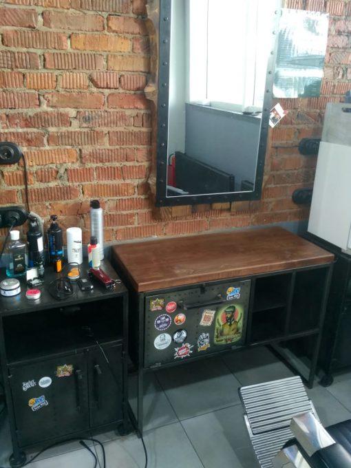Отделка, мебель и декор для барбершопа в стиле лофт.