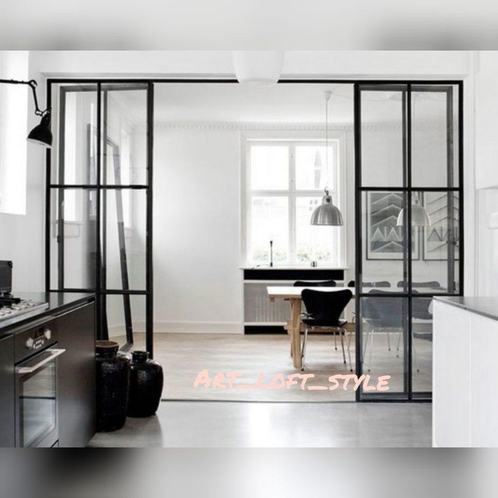 Перегородка в стиле лофт с распашными дверьми. Закаленное бесцветное стекло и стальной профиль.