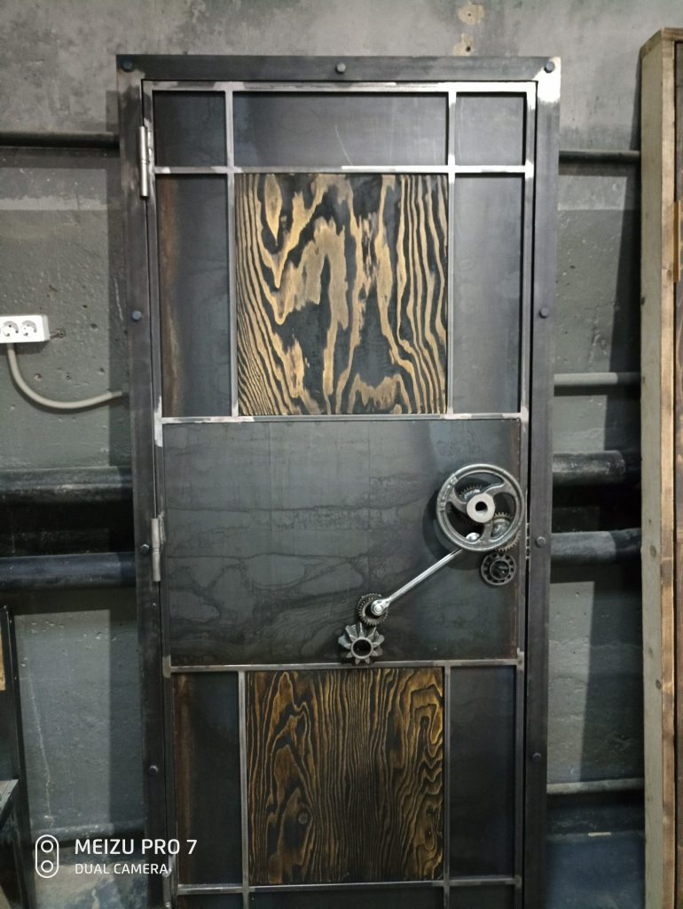 дизайнерская дверь в индустриальном стиле