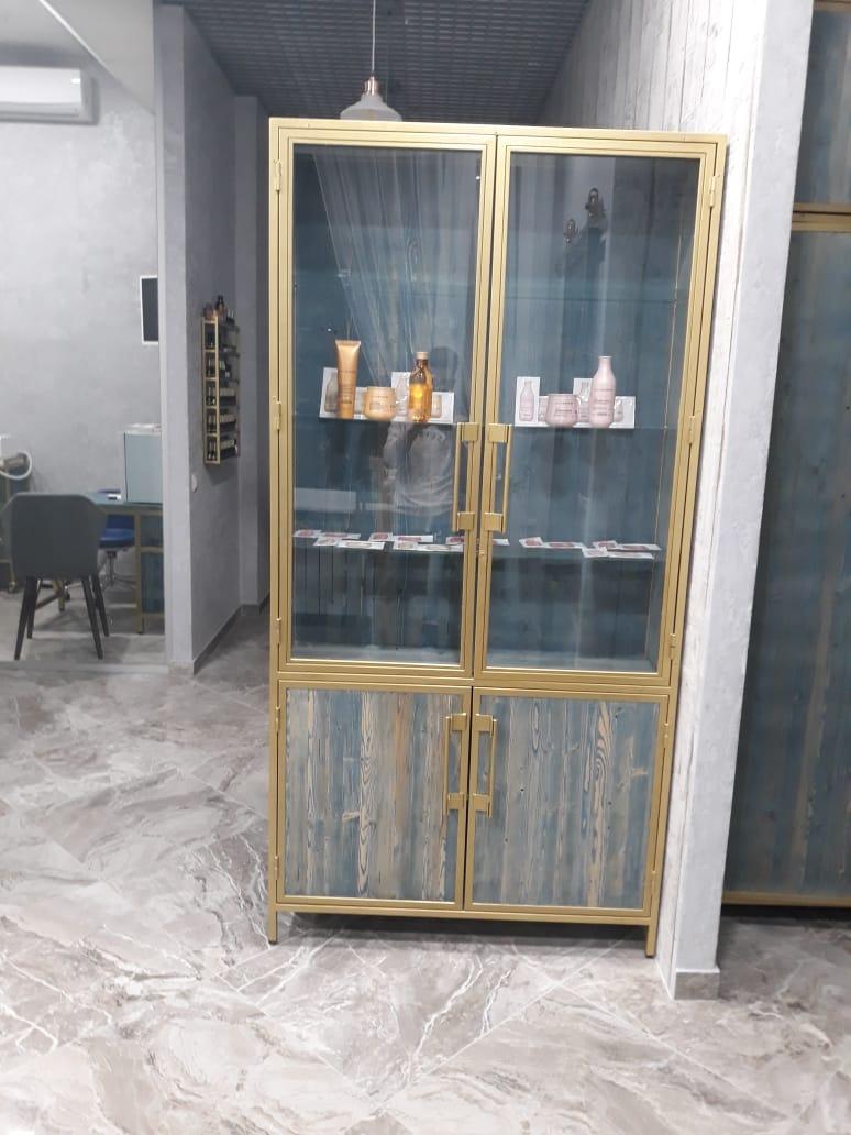 витрина для продукции салона красоты